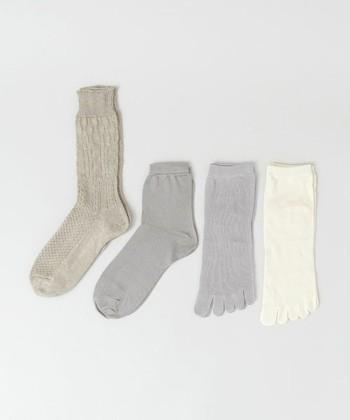 シルクや綿、リネンを使った基本的な冷えとりソックス4足セット。右から順に履いていきます。使いまわしやすさ抜群のナチュラルカラーは、靴にもサンダルにも合わせやすく、足元を冷えからしっかりガード。