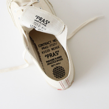 アッパーに岡山・倉敷の児島帆布を使用し、久留米の「MOONSTAR」でヴァルカナイズ製法で作られています。それぞれの技術を融合させて作られたスニーカーは、こだわりの詰まった上質な仕上がり。