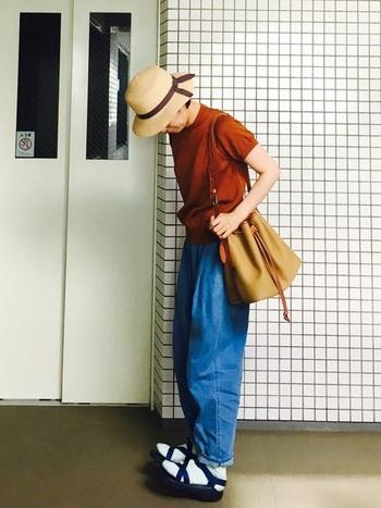 サマーニットとサンダルでアクティブスタイルの冷えとりコーデ。歩きやすさを重視のサンダルと靴下の組み合わせはラクチンな上にオシャレ度を上げてくれます。