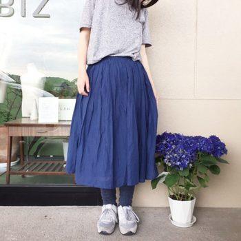 濃い色の冷えとりソックスは、淡いカラーのスニーカー・ふんわりスカートと合わせてガーリー&スポーティーに。グレーとブルーの2色で抑えれば、シンプルで涼しげな着こなしに。