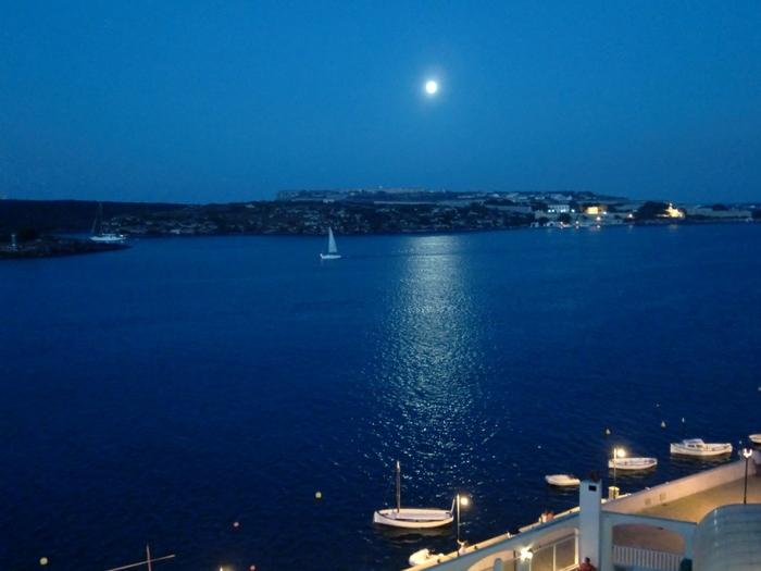 夜の海もキレイなんです。暗いところでは星空も必見!