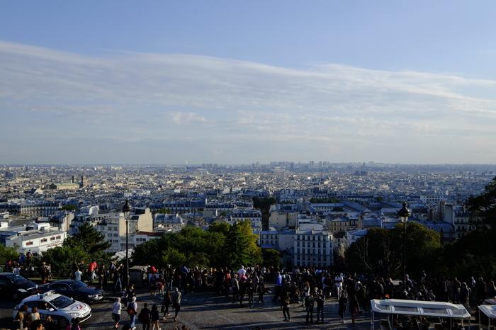 サクレ・クール寺院は、パリ市内を一望することができる展望スポットとして、いつも大勢の観光客で賑わっています。