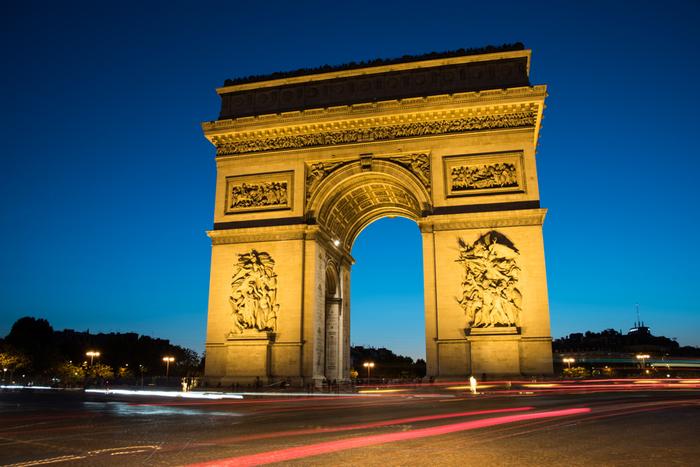 パリを象徴する歴史的建造物で「凱旋門」の名で親しまれているエトワール凱旋門は、シャンゼリゼ通りに面して建つ高さ50メートルの凱旋門です。