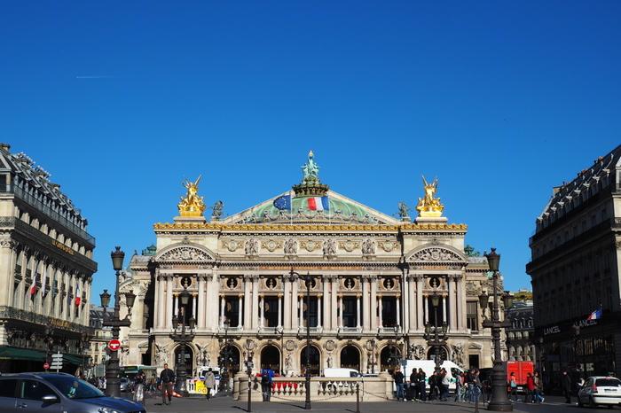 「オペラ座」の通称で親しまれているオペラ・ガルニエは、ナポレオン3世の命によって建築された「世界で最も有名な歌劇場」の一つです。ネオ・バロック様式の壮麗な建物には至極の装飾が施されており、圧倒的な豪華さでその存在感を放っています。