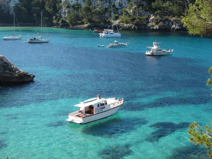 海が綺麗すぎて、ボートが浮いているよう!