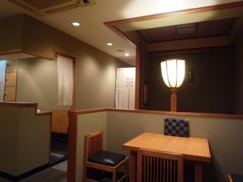 店内はすっきりとした配置で、テーブル席のほか、小上がりになっているお席もあります。もともとは大阪で1922年に創業したお店で、2002年にこちらに移転してきました。