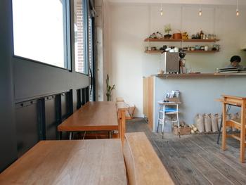 白い壁に木の温もりを感じる店内で、大きな窓から季節の移ろいを感じながらくつろげます。