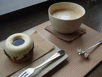 こちらで試したいのはドーナツみたいな「ティラミス」。チョコレートタルトの上に、マスカルポーネチーズのムースがのりホワイトチョコレートでコーティング、中央にビターなコーヒーのソース…一度食べたら虜に。 茶釜で湧かしたお湯で丁寧に淹れてくれるカフェオレもご一緒にどうぞ。