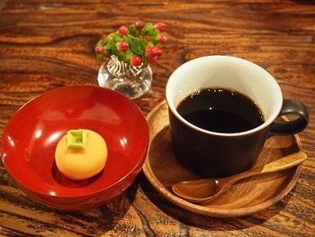 和菓子と珈琲は、こちらの定番です。 こだわりの焙煎珈琲に合うおはぎや和菓子、五穀米とお豆たっぷりのカレーを頂けます。