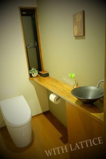 お家で、毎日必ず行く空間の一つがトイレ。ついつい通過点になりがちな場所ですが、ちょっとしたグリーンを添える事で、なんとなく「ほっ」と出来る空間に。片隅にちょこんと置かれた小さな緑に、家族を思う心配りを感じさせてくれますね。