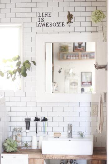 キッチンと並び、どうしても生活感が溢れてしまう洗面所。なんとなく日常のルーティーンをこなすだけのスペースになってしまいがちですが、こんな風にグリーンがあるだけで、メイクも歯ブラシも手洗いも、ちょっとゆったりした気持ちで出来そうですね。