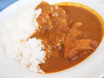 「大和肉鶏の中辛チキンカレー」。やはり奈良産の大和肉鶏が使われています。奈良の特産の肉や野菜を味わえるメニューになっているわけですね。