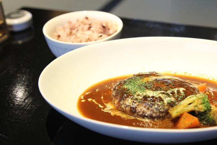「大和牛と大和ポークのCojica煮込みハンバーグ」。 地産地消をモットーとしているので、奈良産の食材を色々味わうことができます。付いてくるご飯も奈良県産黒米。