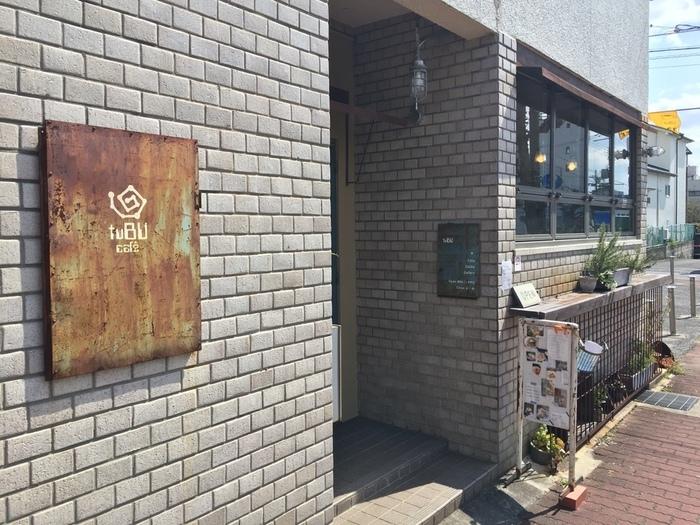 アンティーク風のさびた看板が印象的なtuBU。近鉄奈良駅からやすらぎの道を南に下って6分ほどのお店です。