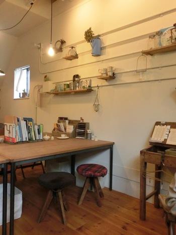 店内は様々な小物や雑誌がおしゃれにレイアウトされていて、雑貨屋さんのような雰囲気。