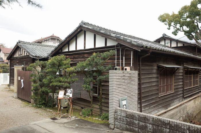 東大寺のすぐ近くにある「工場跡事務室」。その名のとおり、大正14年に建てられた乳酸菌飲料の工場がリノベーションされたお店です。