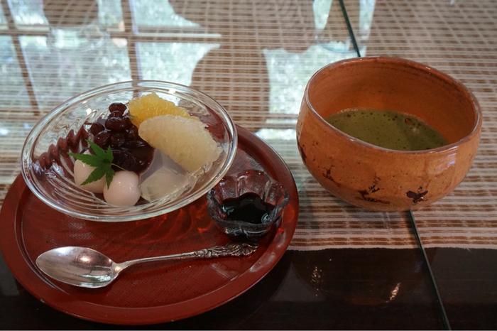 「和菓子とおうすのセット」。和菓子は日替わりで、画像は白玉あんみつ。おうすが入れられている茶碗には、伝統的な奈良絵が描かれています。