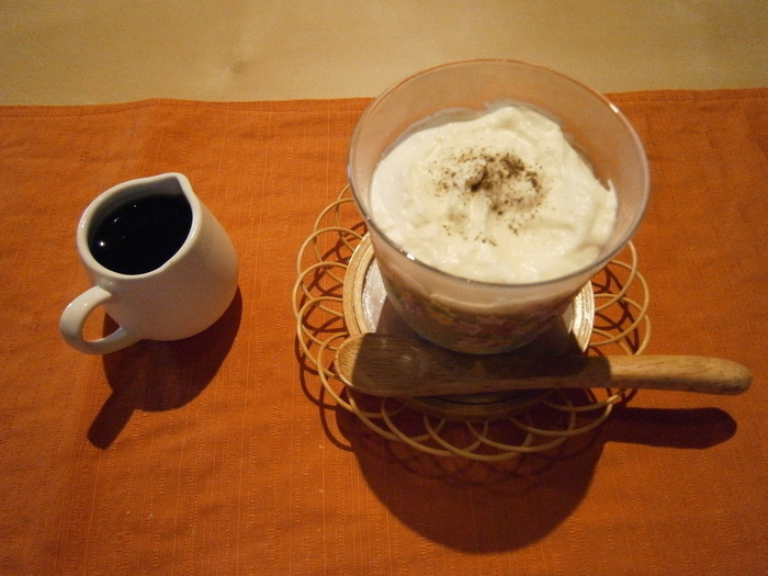 ランチにはキッシュかデザートも付いてきます。こちらは「ほうじ茶のムース」。黒蜜をかけていただきます。ほうじ茶の香りがしっかり味わえるムースです。