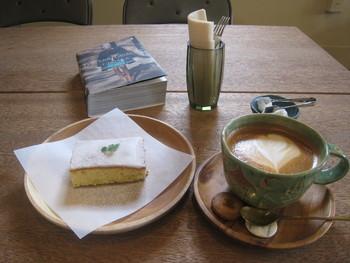 「ジンジャーレモンケーキ」と「カプチーノ」。tuBUにはオリジナルケーキが何種類かありますが、その中でもおすすめがこちら。手作業で細かく刻まれたジンジャーとレモンがたっぷり入っています。 カプチーノのかわいいカップにも注目です。