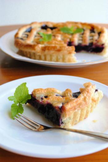 アメリカの家庭の味、パイをブルーベリーで。意外にも「砂糖で煮たブルーベリーを包んで焼くだけ」という手軽さなんです。冷凍ブルーベリーを使っても作れますね。