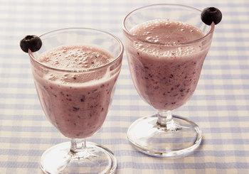 カルピスとヨーグルトでブルーベリーの酸味をまろやかに。手のこんだドリンクに見えますが、ミキサーで混ぜるだけなので手軽に作れます。冷凍のブルーベリーを使うとスムージーに。