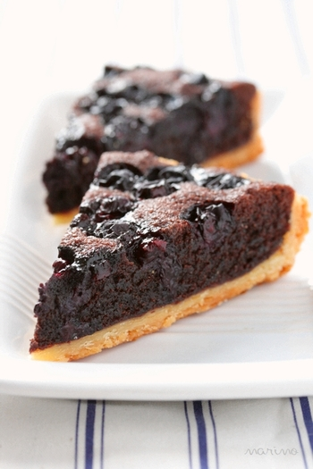 ガトーショコラのような甘さとブルーベリーの酸味がマッチしたタルト。アーモンドとココアのパウダーを練り込んだクリームの上にブルーベリーをぎっしりと敷きつめます。オーブンでしっかり焼くと、ブルーベリーの果汁がしみ込んでしっとりとした仕上がりに。