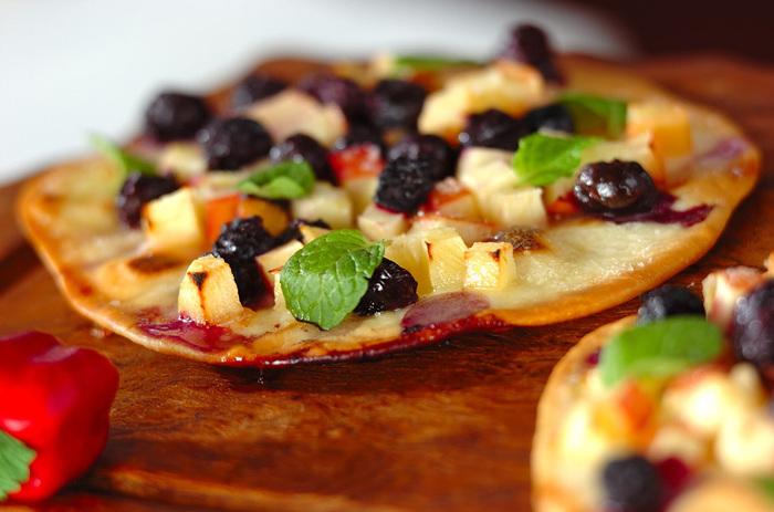 トルティーヤにお好みのフルーツとブルーベリーのシロップ煮をトッピング。クリスピー生地のデザートピザが簡単に完成します。市販のトルティーヤを使っても◎