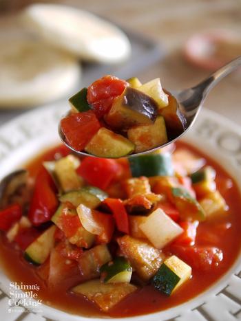 まずはラタトゥイユの基本の作り方をおさえておきましょう。旬の野菜をじっくり煮込んだ旨味豊かなラタトゥイユは、あたたかいままでも冷たくしても美味しくいただけます。