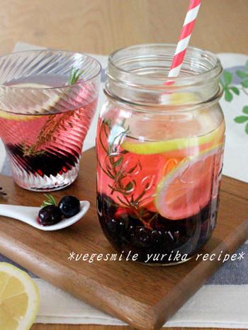 ブルーベリーはデトックスウォーターにしても◎ ボトルに材料を入れて半日置けば完成。 綺麗な赤紫色に染まったウォーターには、ポリフェノールとビタミンCが溶けこんでいます。