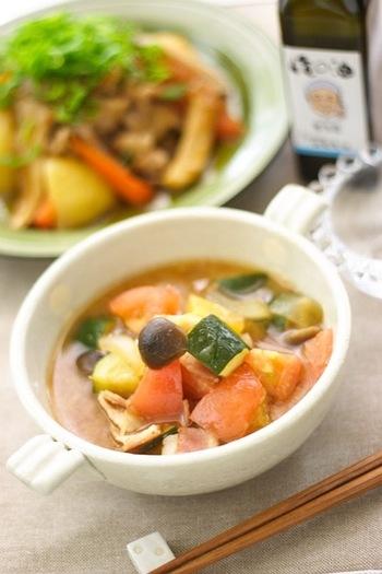 和風のダシに味噌を合わせたスープに、トマトを中心とした野菜を煮込んだお味噌汁風のラタトゥイユです。仕上げにごま油をかけても美味しいそうですよ。