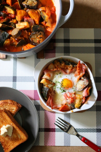 まずはラタトゥイユの手軽なアレンジ、野菜グラタンです。卵とチーズをのせてトースターで焼けば、朝ご飯にもぴったりな一品に。