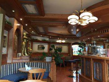 パンの他、ケーキ、焼き菓子、ジャムなども。オーストリアの絵画などの調度品が飾られたカフェコーナーもあります。