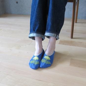 鮮やかなブルーにタンポポの柄がキュート。蒸れがちなスニーカーもリネンで爽やかに過ごせそう。お呼ばれで靴を脱いでもかわいらしい靴下ですね。