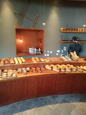 店内には人気のハード系のパンをはじめいろいろなパンがずらりと並びます。調理系のパン以外、ほとんどのパンが2週間冷凍しても美味しいように作られているので、まとめ買いをしても。