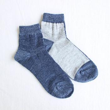 コンとライトグレーの配色がマニッシュな一足。左右で配色が違っています。履き口のデザインもちょっとした変化に。