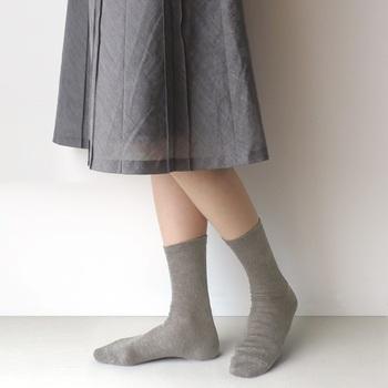 麻を88%使用しているため、とてもさらりとして夏らしい肌触りを実現させている靴下です。履き口に跡が残りにくいように工夫されていたり、つま先が補強されていたりと長く使いたくなる加工が施されています。