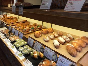店内にはしそ、ねぎ、黒糖、抹茶などの和の素材を用いた、懐かしさと温かさのあるパンが並びます。食べると、優しさが伝わってきてお腹も心も満たされていきそう。