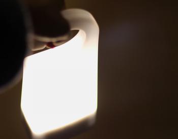 """停電が起きてしまった時に自動で点灯する機能が付いています。(充電台セット時) 非常時や""""もしも""""の時にも少しでも安心をくれるライトです。"""