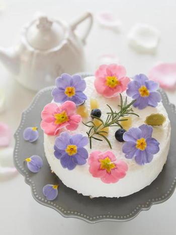生クリームに淡い色のお花がピッタリ。とても優しい雰囲気です。