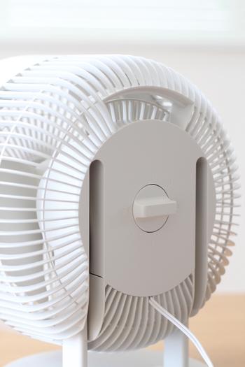 裏側のデザインや操作もとてもシンプル。 夏や冬には空気を循環させてエアコンを効果的にしたり、梅雨にはなかなか乾かない洗濯物に当てたり。 お風呂場の湿気をとるために使ったり。 夏のみならず、一年中活躍しそうです。