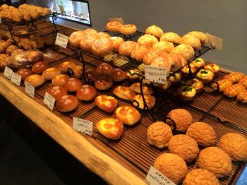 店内には多種多彩なパンが並んでいるので、どれにしようかと悩んでしまいます。おすすめは、店名を付けた「MORO食パン」やコンテストグランプリを受賞した「レーズンパン」。小さいお子さんには可愛いクマのパン、「くまさん」が人気です。