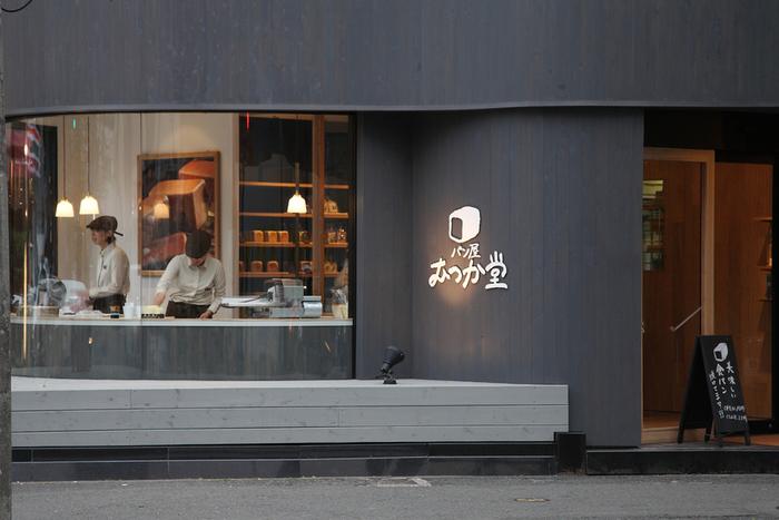 食パン専門店として人気の「パン屋 むつか堂」。通りに面した大きなガラス張りの窓から店内が見えますが、いつもお客さんで賑わっています。
