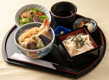 こちらは「京ランチ」天丼・ミニ蕎麦またはミニうどん・サラダ・香の物が付いて、1,000円とリーズナブルです。他にもお造りなどが付いたセットもあります。