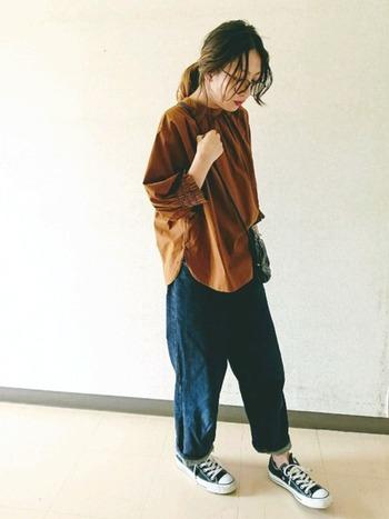 パンツにインをしないで、リラックスしたコーデで着るのも素敵。カジュアルになりすぎないところも良いですね。