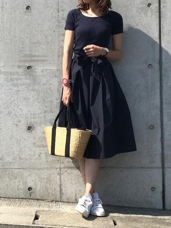 コンパクトなトップスだから、ふんわりボリュームのあるスカートとのバランスがとても可愛いです。 スポーティーな雰囲気もあるので、スニーカーで外しても良いですね。