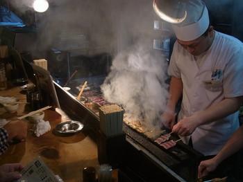 国産の新鮮な豚、鶏、野菜を使った串焼きが自慢で、どれを食べても美味しい「串焼 文福 本店」。 ここ新丸子側の本店と、南口の武蔵小杉店はご兄弟で経営しています。串焼きはテイクアウトもできるそうですよ。