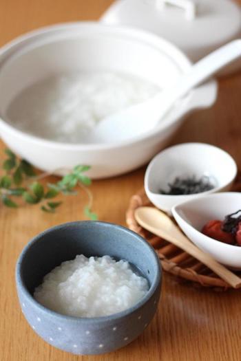 ■土鍋でコトコトつくりたい派 土鍋で作る基本のお粥の作り方です。材料は、お米と水だけ。土鍋にかけたら焦げないようにかき混ぜてから、30~40分かけてゆっくりと炊きます。  拭きこぼれないように、蓋を少しずらしておくのがポイントです。