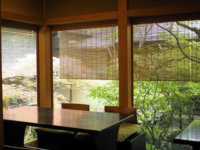 凛とした清冽な空気の中でいただく朝がゆは「至福の朝ごはん」と評されるほど。四季を彩る庭園の草花、伝統を感じるしつらえ。地元、京都に住んでいる人たちも憧れる瓢亭の朝がゆをいただいてみてはいかがでしょうか?