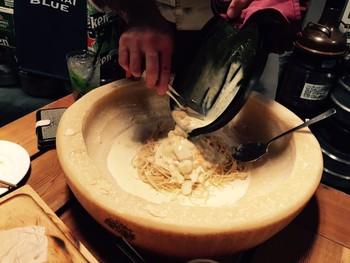 ■ビアガーデンエリア チーズを丸ごと使いパスタを造りあげていくパフォーマンスも楽しめます。大人数の場合は、ビールタワーを注文し自分で注ぐスタイルを体験するのもイベント性があって◎
