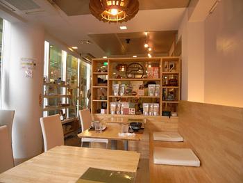 日本茶や台湾茶などのお茶を扱っているお店の喫茶スペースが「おちゃのこ」です。近鉄奈良駅から歩いて2分とアクセスが良いので、地元の方はもちろん観光客の方も多く訪れる人気店です。  カジュアルな店内は明るく、気持ちの良い雰囲気です。
